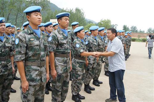 图二为王国顺与维和部队官兵一一握手.jpg