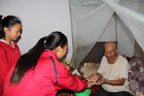 市实验中学师生中秋节到关王庙敬老院慰问老人